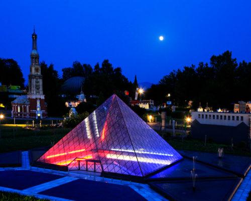 Glaspyramide-vor-dem-Louvre-001-((c)-Weichselbraun)
